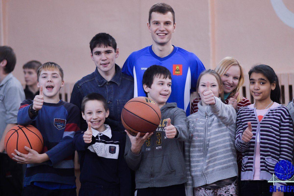 Баскетбольный клуб «Тверь» устроил праздник для воспитанников Кимрской школы-интерната | Видео
